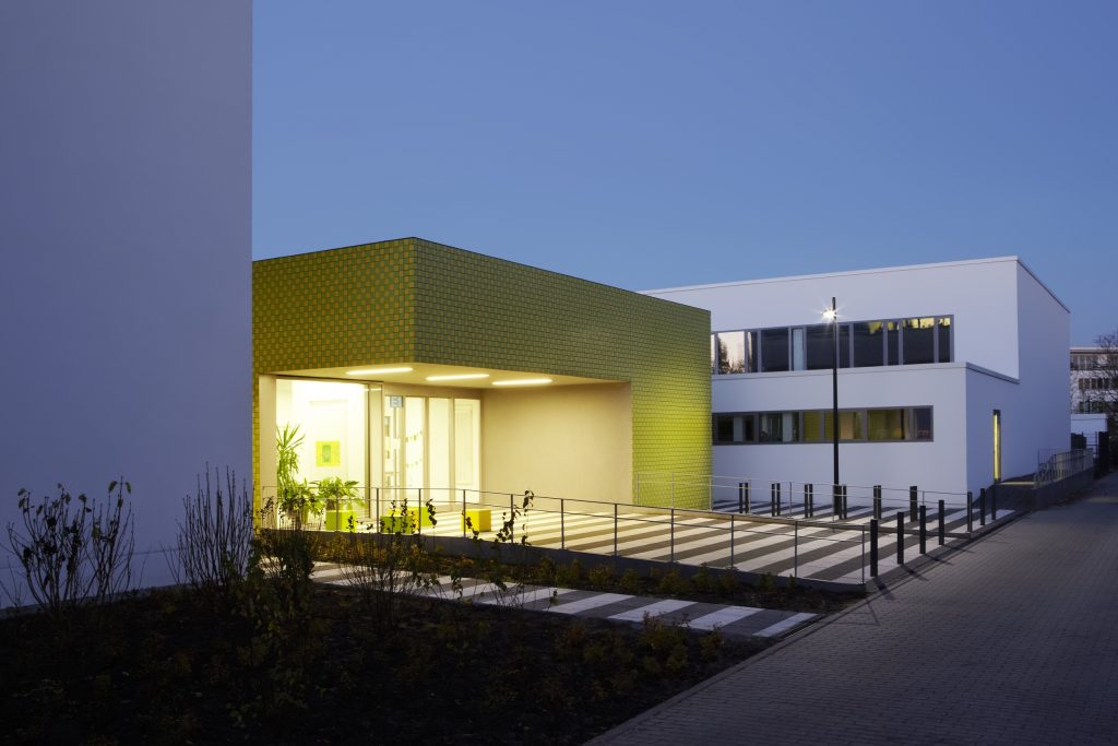 Eingangsbereich der Steinwald-Schule in der Abenddämmerung.