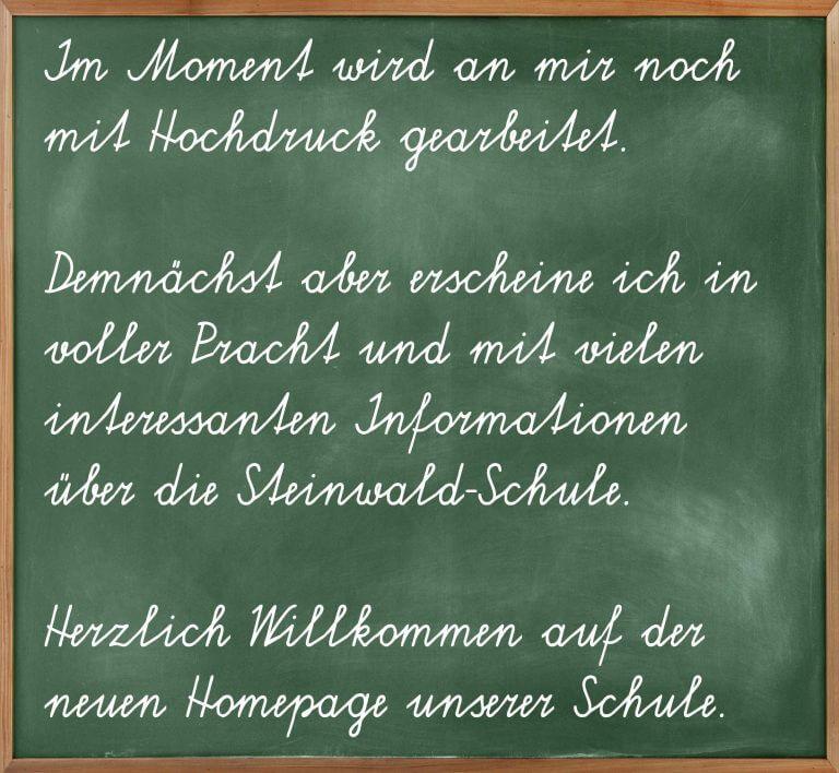 Schultafel mit Text zur neuen Webpräsenz der Steinwald-Schule.