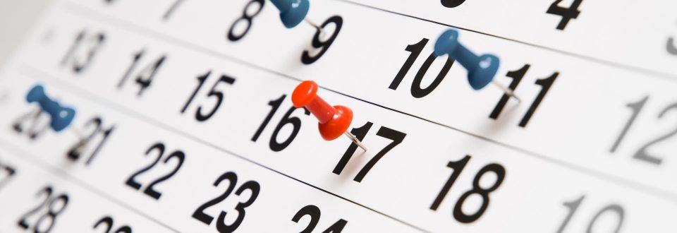 Kalenderblatt mit Pin-Nadeln.